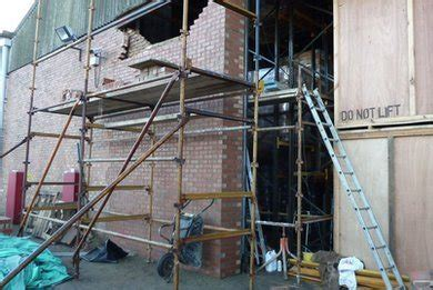 dodgy scaffolding paralyses brickie  lands builder