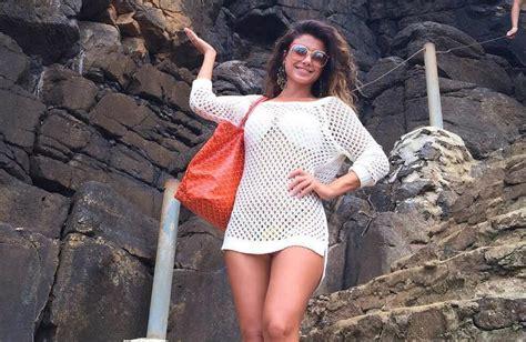 Paula Fernandes Vai à Praia Com Bolsa Francesa Que Custa R