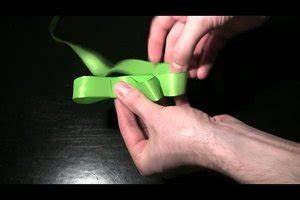 Geschenk Schleife Binden : video schleife binden f r ein geschenk anleitung f r schlaufen schleife ~ Orissabook.com Haus und Dekorationen