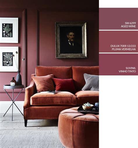 sofá cor de vinho sala de estar parede vinho boiseries como