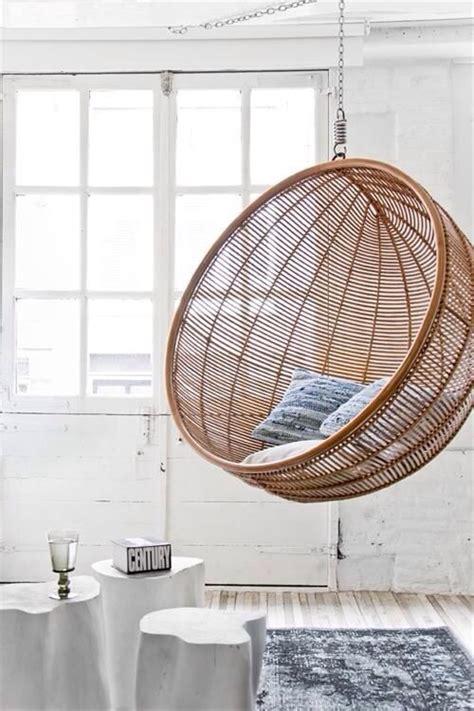 siege boule suspendu un fauteuil suspendu dans la maison une hirondelle dans