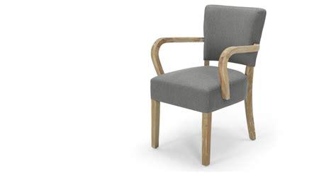 avec une chaise irvington chaise avec accoudoirs gris graphite made com
