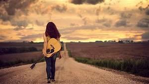 ragazza che cammina nel deserto con una chitarra hd sfondo ...