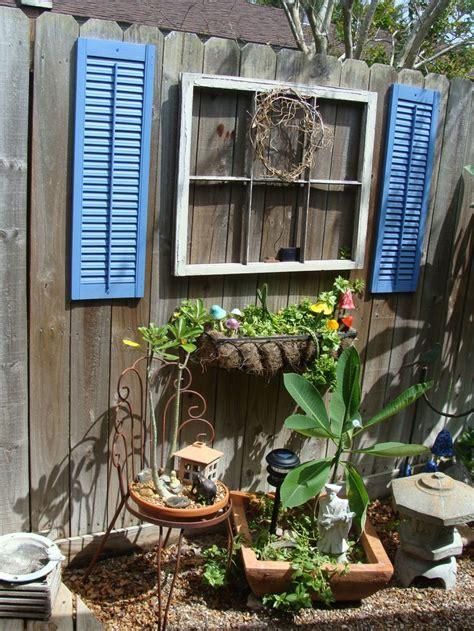 Backyard Fence Decor by 1000 Ideas About Fence Decorations On Split