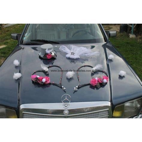 deco voiture de mariee pour votre mariage composition faite avec un chapeau haute forme avec voile et coeurs fuchsia