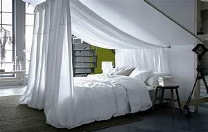 Bett An Der Decke Befestigen : ein bett mit wei er bettw sche unter einer dachschr ge mit wei er meterware die an der decke ~ Bigdaddyawards.com Haus und Dekorationen
