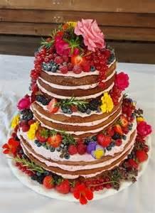 hochzeitstorte mit foto trend hochzeitstorte 2016 cake mit beeren früchten und essbaren blumen blüten