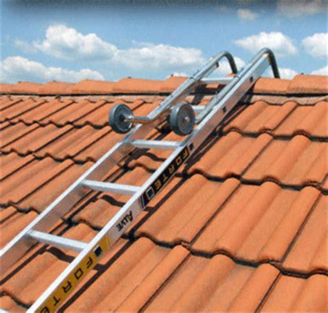 monter sur toit pour le nettoyer