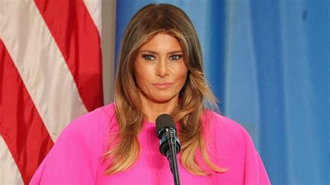 Пластика груди, первый бойфренд и эскорт-услуги: восемь пикантных моментов в жизни Мелании Трамп, которые она не любит вспоминать
