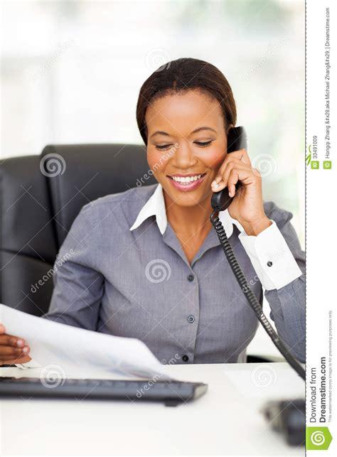 employé de bureau formation téléphone d 39 employé de bureau image stock image du noir