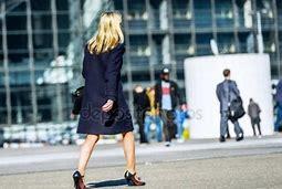 Resultado de imagen de mujer  caminando en la calle triste