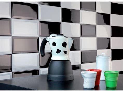 credence cuisine noir et blanc carrelage métro dans la cuisine une décoration tendance