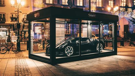 Bugatti's la voiture noire has taken the design award in the concept cars and prototypes category at this year's concorso d'eleganza. Bugatti La Voiture Noire Becomes The Ultimate Christmas Decoration | Highwaytale.com
