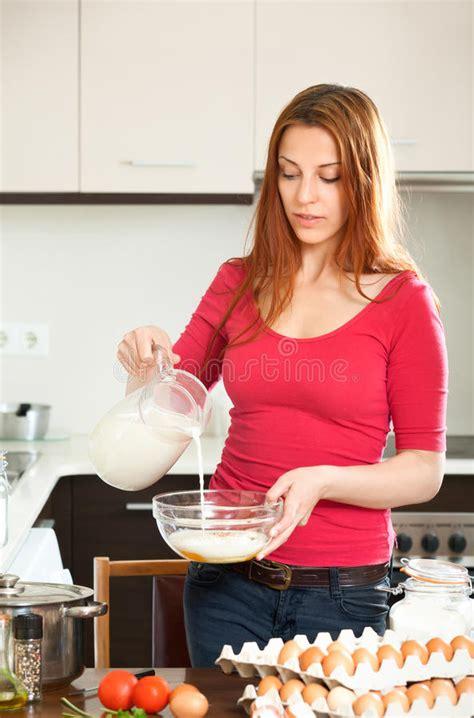 faisant l amour dans la cuisine femme faisant la pâte ou l 39 omlet dans la cuisine photo