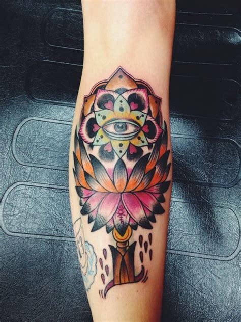 modele tatouage fleur de lotus mollet tatouage femme
