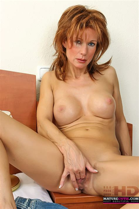 Redhead Milf Sits Fully Naked With Wide Spread Pichunter