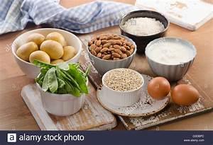 Lebensmittel Auf Rechnung Kaufen : vitamin h reiche lebensmittel auf holzbrett gesunde ern hrung essen stockfoto bild 105400804 ~ Themetempest.com Abrechnung