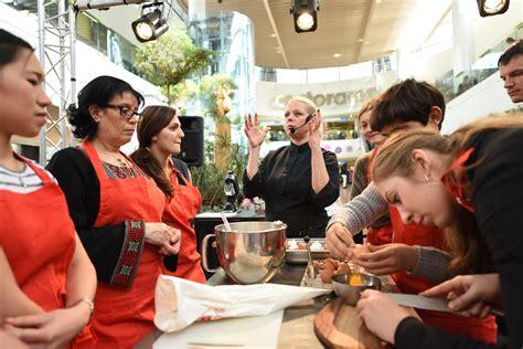 donner des cours de cuisine emilie lang vient donner des cours de cuisine aux 4 temps defense 92 fr