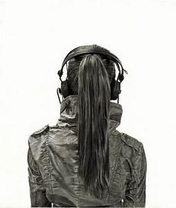 Los dibujos de mujeres vistas desde la espalda de Yanni Floros