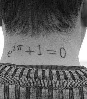 nacken mann foto mit mathematischer formel im nacken eines mannes