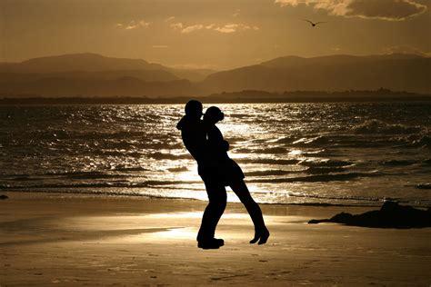les amoureux de la cuisine amoureux sur la plage images gratuites et libres de droits