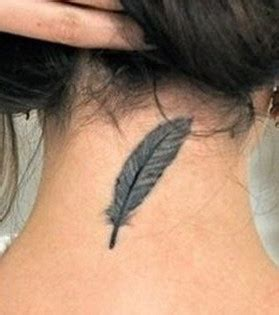 photo tatouage nuque plume