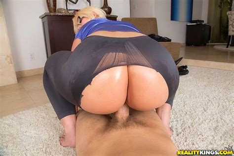 Blonde Female Julie Cash Having Big Butt Freed From Yoga