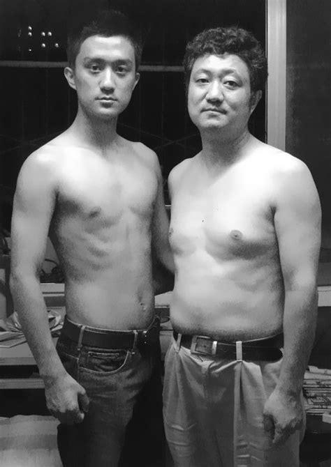Padre e hijo se toman fotos en la misma pose durante 28 años