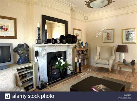 spiegel im wohnzimmer spiegel auf marmorkamin im traditionellen creme wohnzimmer mit cremefarbenen sessel stockfoto
