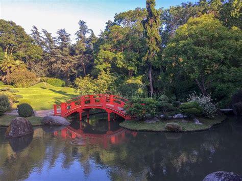 Japanischer Garten Toulouse by Garten Wasserfall Und Blumen Stockbild Bild