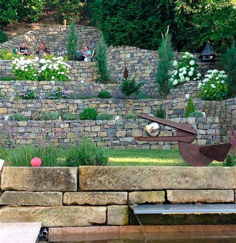 Den Vorderen Hang Mit Naturmauern Und Hortensien? Garden