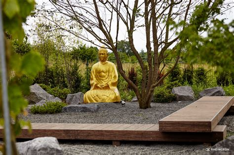 buddha für garten origineller japanischer garten mit goldener buddha statue