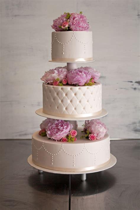 Hochzeitstorte Mit Echten Blumen Auf Einer Etagere Die