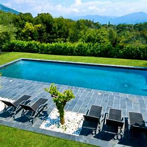 bien integrer la piscine au jardin cote maison With piscine liner gris anthracite 13 diaporama photos de piscines dexception avec liner
