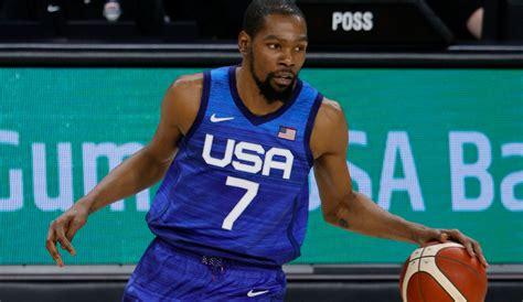Basketballer johannes voigtmann ist in aktion gegen joshua aloiye okogie aus nigeria. Basketball bei Olympia 2021, Gruppe A mit Team USA ...