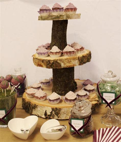 etagere für torten diese etagere aus baumscheiben kann auch f 252 r eine cup cake torte mit hochzeitstorte auf der