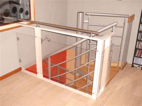 chambre bebe autour de bebe garde corps fait maison plexiglas et bois tout simple
