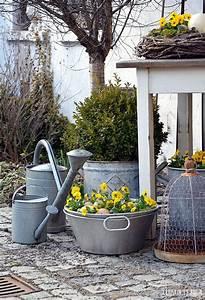 Deko Hauseingang Frühling : nat rliche osterdekoration osterdeko im garten deko mit zinkgef en gartendeko zu ostern ~ Orissabook.com Haus und Dekorationen