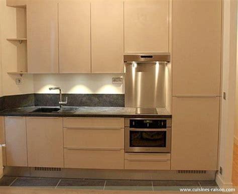 cuisine design petit espace cuisine couloir parallele stratifie fonce 75