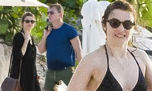 daniel craig  rachel weisz enjoy beach holiday