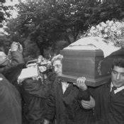 Al funerale, nella chiesa di san. Una foto di Mia Martini: 240503 - Movieplayer.it