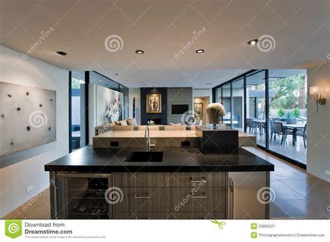 salon et cuisine moderne cuisine moderne avec le salon et le porche derrière image