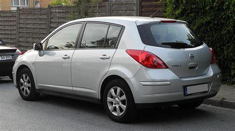 File:Nissan Tiida – Heckansicht, 7. Juni 2011, Mettmann ...