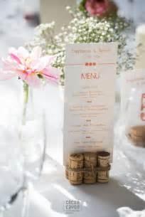 menu original mariage idée de porte menu avec des bouchons en liège vignes lieux marque place et mariage