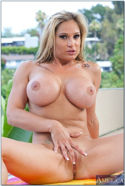 Lubricious Milf Tyler Faith Flashing Her Comely Juggs In