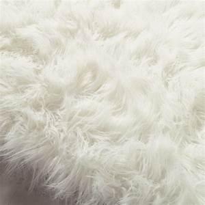Tapis Fourrure Gris : tapis en fausse fourrure blanc 160 x 230 cm oumka maisons du monde ~ Teatrodelosmanantiales.com Idées de Décoration