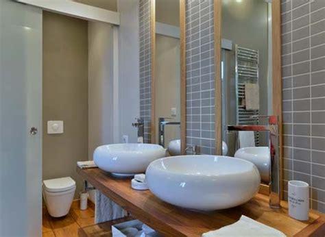une salle de bains avec vasque 224 l italienne et baignoire 238 lot castelnau de