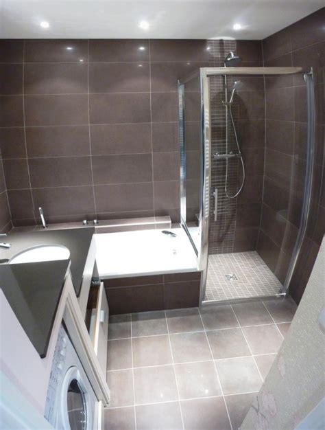 italienne dans chambre italienne et baignoire dans salle de bain