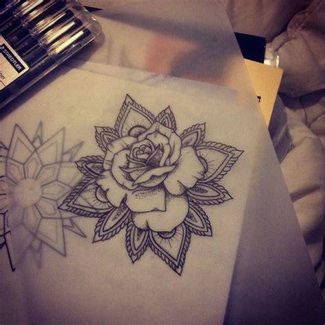 tatouage rose epaule mandala