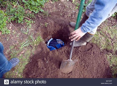 Bury Dog In Garden-garden Ftempo